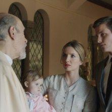 Ward Horton con Tony Amendola e Annabelle Wallis in una scena delll'horror Annabelle