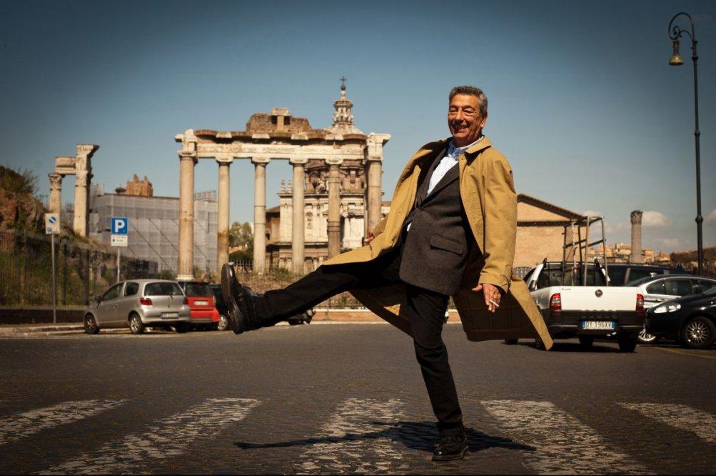 Buoni a nulla: Gianni Di Gregorio, regista e interprete del film, in una scena