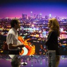 Lo Sciacallo - Nightcrawler: Jake Gyllenhaal con Rene Russo in una scena del film