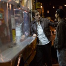 Lo Sciacallo - Nightcrawler: Riz Ahmed con Jake Gyllenhaal in una scena del film