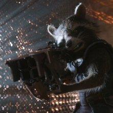 Guardiani della Galassia: Rocket, il procione armato fino ai denti, in una scena