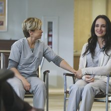 Revenge: Madeleine Stowe e Yeardley Smith nell'episodio Renaissance