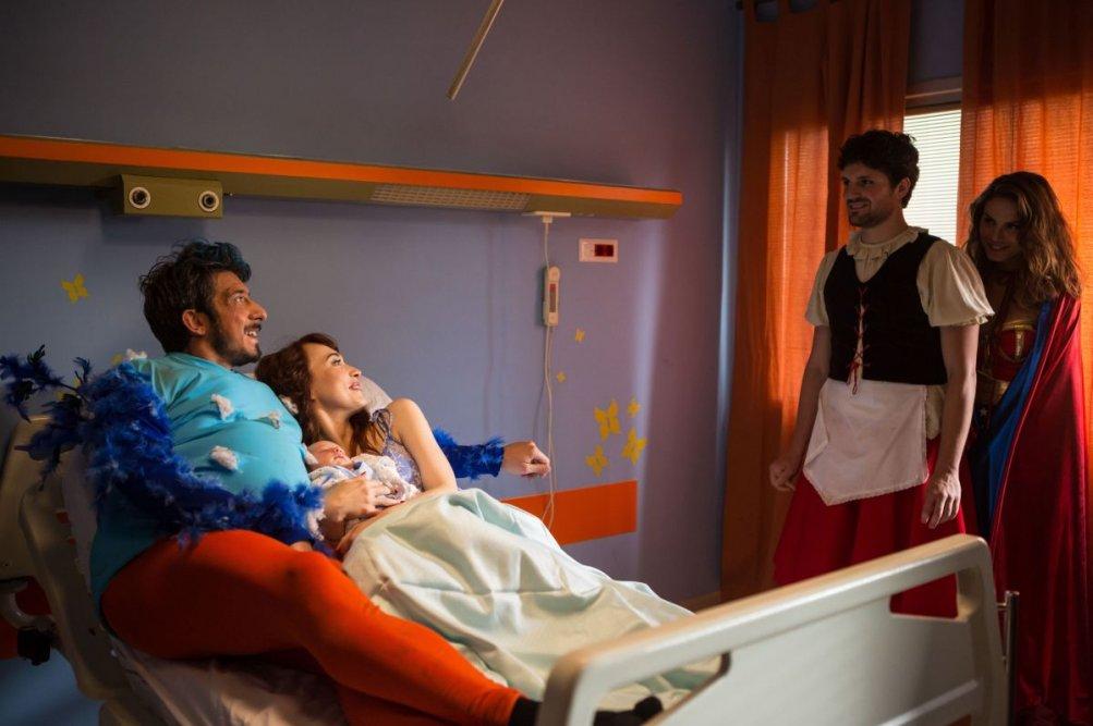 Tutto molto bello: Paolo Ruffini con Nina Senicar, Frank Matano e Chiara Francini in una scena del film