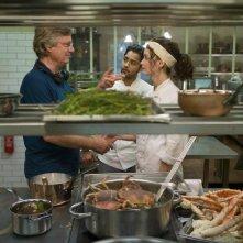 Amore, Cucina e Curry: il regista Lasse Hallström con Charlotte Le Bon e Manish Dayal sul set