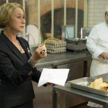 Amore, Cucina e Curry: Helen Mirren controlla la cottura di un asparago in una scena del film