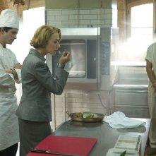 Amore, Cucina e Curry: Helen Mirren con Manish Dayal e Clément Sibony in una scena del film