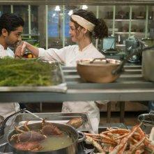 Amore, Cucina e Curry: Charlotte Le Bon con Manish Dayal in una scena del film