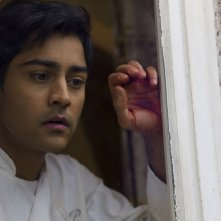 Amore, Cucina e Curry: Manish Dayal nei panni di un cuoco indiano in una scena