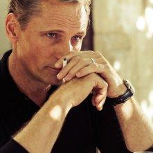 I due volti di gennaio: lo sguardo seducente di Viggo Mortensen in un momento del film