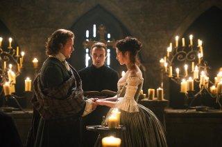Outlander: Caitriona Balfe e Sam Heughan in una scena dell'episodio The Wedding