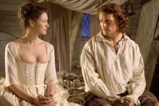 Outlander: Caitriona Balfe e Sam Heughan nell'episodio The Wedding