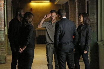 Agents of S.H.I.E.L.D.: Nick Blood in una scena dell'episodio Heavy Is the Head
