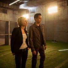 Matador: Gabriel Luna e Nicky Whelan in una scena della prima stagione