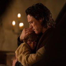 Dracula Untold: Luke Evans abbraccia il piccolo Art Parkinson in una scena del film