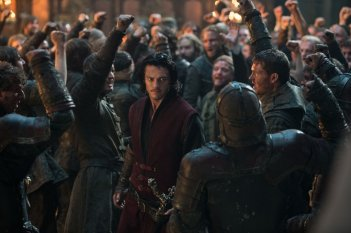 Dracula Untold: Luke Evans tra la gente in una scena del film