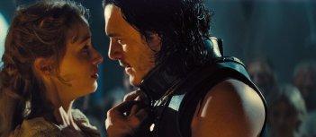 Dracula Untold: Luke Evans con Sarah Gadon in una scena del film
