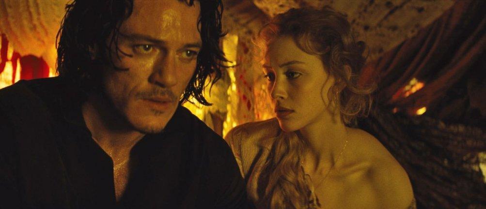 Dracula Untold: Luke Evans insieme a Sarah Gadon in una scena