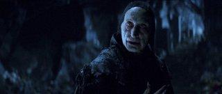 Dracula Untold: Charles Dance negli spaventosi panni del Maestro Vampiro in una scena del film