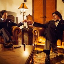 Matador: Alfred Molina e Daniel Messier in una scena della prima stagione