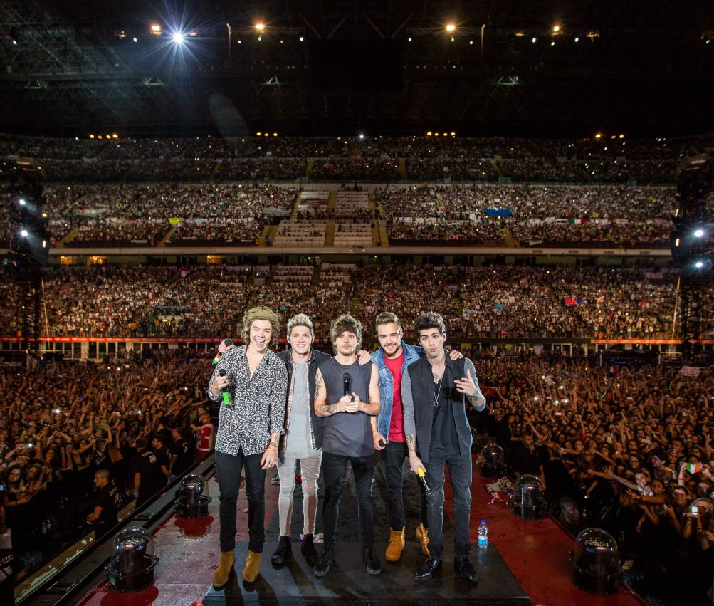 Il gruppo pop in attesa di esibirsi a San Siro in una scena di One Direction: Where We Are – Il Film concerto