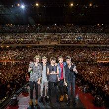 Il gruppo pop in attesa di esibirsi a San Siro in una scena di One Direction: Where We Are – Il Film concerto