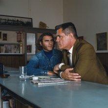 Vizio di forma: Josh Brolin con Joaquin Phoenix in una scena del film