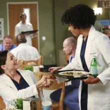 Grey's Anatomy: Caterina Scorsone e Kelly McCreary in una scena di Puzzle With a Piece Missing