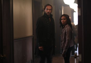 Sleepy Hollow: Tom Mison e Nicole Beharie nell'episodio Root of All Evil