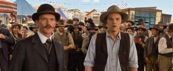 Un milione di modi per morire nel West: Neil Patrick Harris con Seth MacFarlane in una scena del film