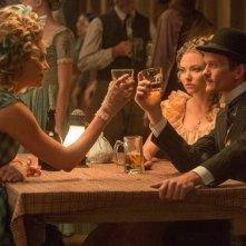 Un milione di modi per morire nel West: Neil Patrick Harris con Amanda Seyfried e Charlize Theron in una scena del film