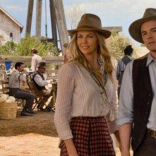 Charlize Theron in una scena di Un milione di modi per morire nel West con Seth MacFarlane