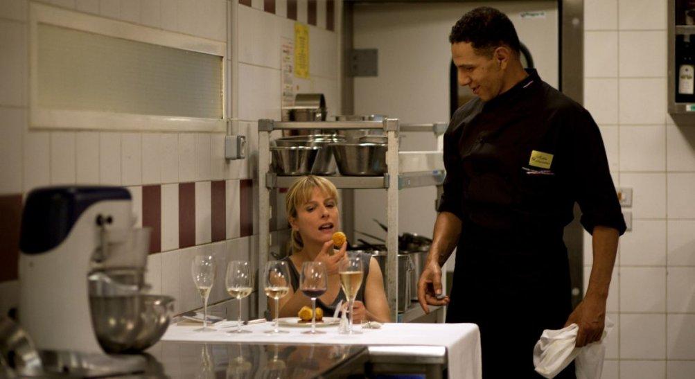 La moglie del cuoco: Karin Viard e Roschdy Zem in una scena del film