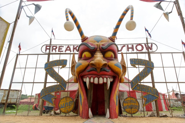 American Horror Story Freak Show: una scena della première Monsters Among Us