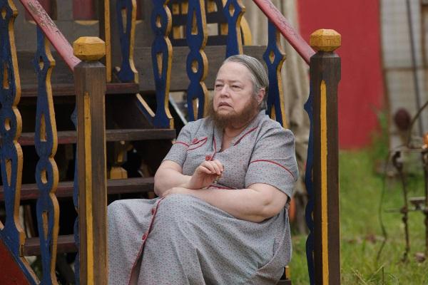 American Horror Story Freak Show: Kathy Bates interpreta Ethel Darling in Massacres and Matinees
