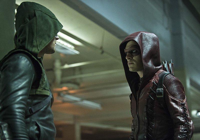 Arrow: Stephen Amell e Colton Haynes nell'episodio The Calm