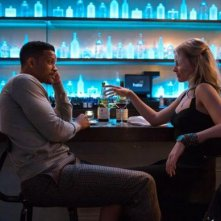 Focus: Will Smith e Margot Robbie seduto al bar