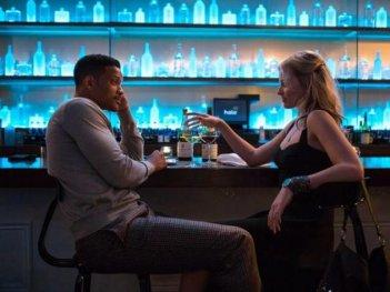 Focus: Will Smith e Margot Robbie seduto al bar