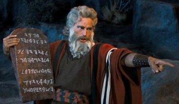 Charlton Heston in una scena de I dieci comandamenti