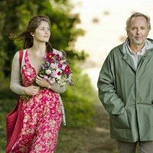 Gemma Arterton a passeggio con Fabrice Luchini in una scena di Gemma Bovery
