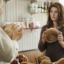 Gemma Bovery: Gemma Arterton parla con Fabrice Luchini (di spalle) in una scena del film