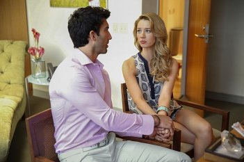 Jane The Virgin: l'attrice Yael Groblgas e Justin Baldoni in una scena di Chapter One