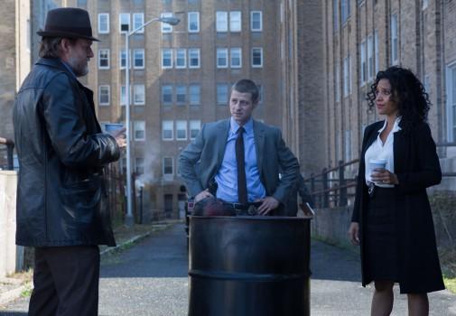 Gotham: Donal Logue, Ben McKenzie e Zabryna Guevara nell'episodio intitolato Arkham