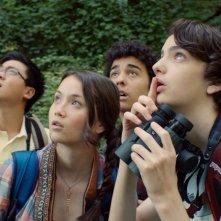 Guida tascabile per la felicità: Kodi Smit-McPhee con Katie Chang, Alex Wolff e Michael Chen in una scena del film