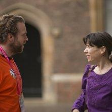 X + Y: Rafe Spall parla con Sally Hawkins in una scena