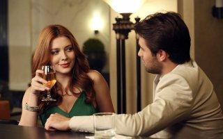 Revenge: Elena Satine e Joshua Bowman nell'episodio intitolato Ashes