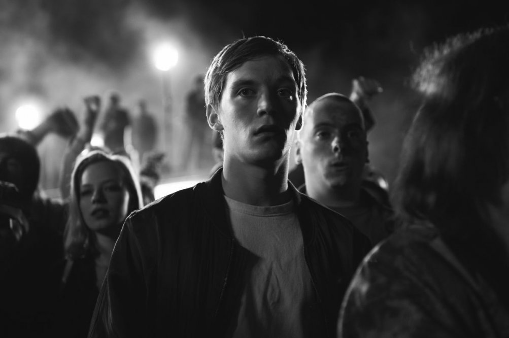 We are young. We are strong.: Jonas Nay con Saskia Rosendahl in una scena del film