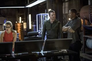 Arrow: Emily Bett Rickards, Stephen Amell e David Ramsey nell'episodio intitolato Sara