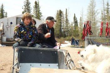 Il mio amico Nanuk: Dakota Goyo con il co-regista del film Roger Spottiswoode e Nanuk in una foto dal set