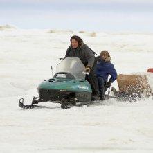 Il mio amico Nanuk: Dakota Goyo sfreccia sulla neve insieme a Goran Visnjic in una scena