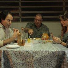 When I Was Alive: Antônio Fagundes con Sandy Leah e Marat Descartes in una scena del film